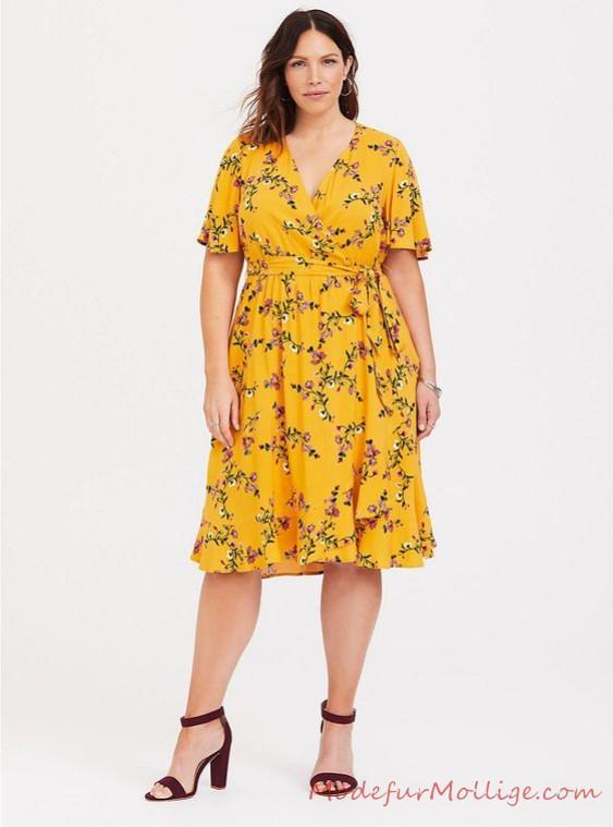 Gelbes Wickelkleid mit Blumendruck