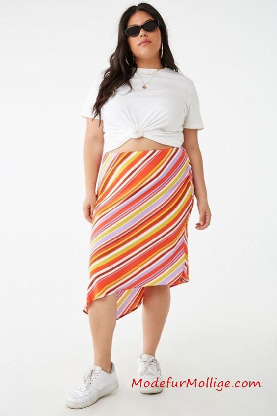 Asymmetrischer Streifen röcke in Große Größe - Ein gewebter röcke mit mehrfarbigem, buntem Streifenmuster, verdecktem Reißverschluss an der Seite, knielanger Länge und asymmetrischem Saum.
