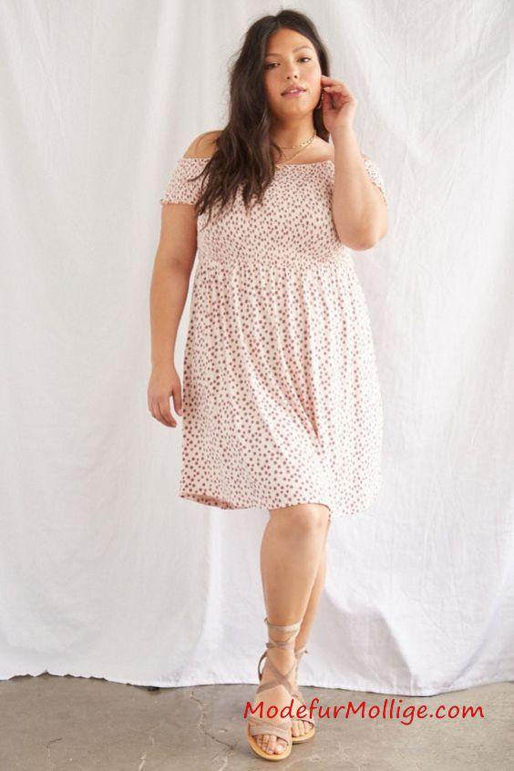 Blumenschaukel Kleid - Geripptes Strick-Swing-Kleid mit durchgehendem Blumendruck, hohem geraden Ausschnitt, Prinzessnähten, quadratischem Rücken und Camisole-Trägern.