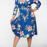 Große größe blaues Midi blumenkleid für mollige damen