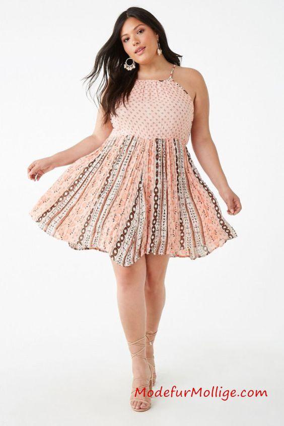 Kleid drucken - Ein zerknittertes, gewebtes Trägerkleid mit einem Allover-Bandana-Print, einem Detail an der Schulter, einem U-Ausschnitt, einer elastischen Taille und einem geknöpften Schlüssellochrücken.