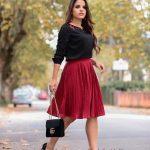 Faltenröcke Ideen für Mollige Frauen Rote Midi Faltenrock Schwarze Langarmbluse