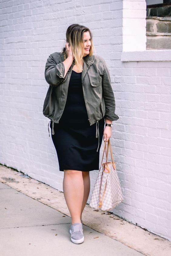ein schwarzes Kniekleid, graue Turnschuhe, eine olivgrüne Jacke und eine Tasche