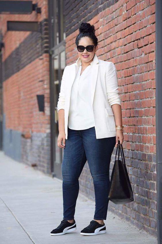 ein lässiger arbeitslook mit marineblauen hauten, einem weißen hemd, einem cremefarbenen blazer, schwarzen turnschuhen und einer schwarzen tasche
