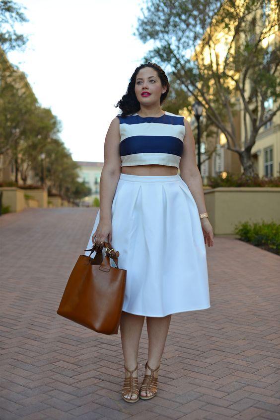 Ein kompletter weißer Rock in A-Linie, ein dunkelblaues und weiß gestreiftes Oberteil, braune Schuhe und eine braune Tasche