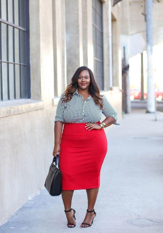 Ein roter Midi-Bleistiftrock, ein gestreiftes Hemd in Schwarz und Weiß, schwarze Schuhe und eine schwarze Tasche für einen mutigen, professionellen Look