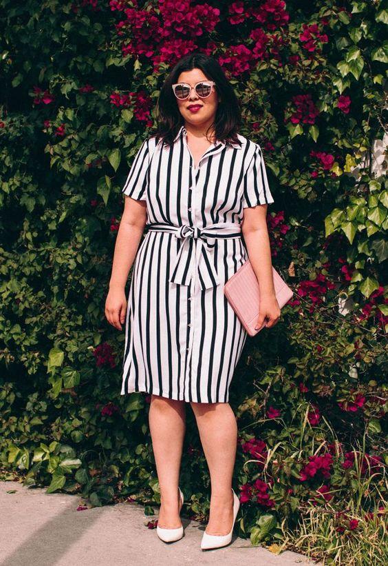 Ein schwarz-weißes Kniekleid mit weißen Schuhen und einer rosa Clutch ist eine heiße Idee für den Sommer