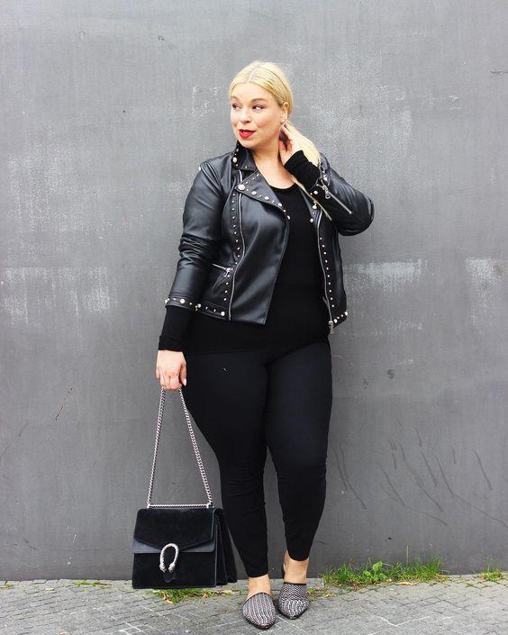 ein schwarzes top, schwarze leggings, eine schwarze lederjacke, grau bedruckte wohnungen und eine schwarze tasche