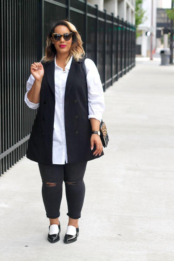 schwarze zerrissene häute, ein langes weißes hemd, eine schwarze weste und schwarze wohnungen für einen monochromen look