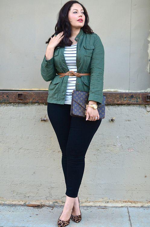 Dunkelblaue Röcke, ein gestreiftes Oberteil, eine grüne Jacke und Schuhe mit Leopardenmuster