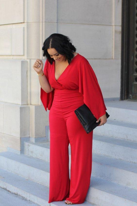 Ein wunderschöner roter Overall mit weiten Ärmeln, einem tiefen V-Ausschnitt und einer weiten Hose, die alle Kurven zur Geltung bringt