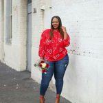 15 Große größen Valentinstag Outfits zu Mollig Frau – ein cooler und lässiger Valentinstag-Look mit einem Top mit rotem Herzdruck , blauen Häuten und roten Absätzen