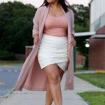 Ein Date-Look mit einem rosafarbenen Oberteil, einem weißen Wickelrock, metallischen Schuhen und einem rosafarbenen Kimono für ein mädchenhaftes Gefühl