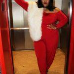 Große größen Valentinstag Outfits zu Mollig Frau - Ein atemberaubender Look mit einem roten Overall, einer weißen Fellstola und schwarzen Schnürschuhen