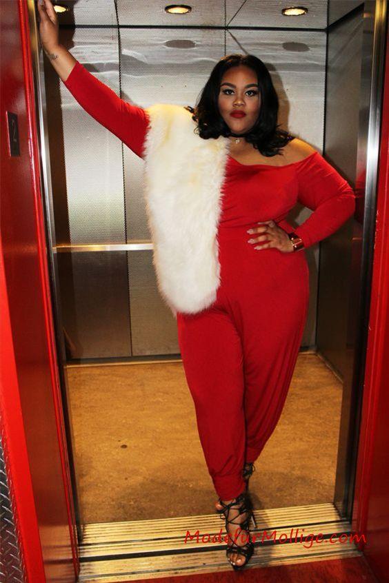 15 Große größen Valentinstag Outfits zu Mollig Frau - ein cooler und lässiger Valentinstag-Look mit einem Top mit rotem Herzdruck , blauen Häuten und roten Absätzen