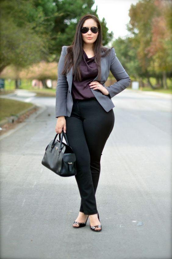Schicke Mädchen in Übergröße Outfits für die Arbeit - schwarze hose, ein pflaumenfarbenes dtop, eine graue jacke, peeptoes