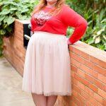 Valentinstag Outfits zu Mollig Frau - Ein langärmliges Top mit einem Paillettenherz, einem errötenden Midi und nackten Schuhen