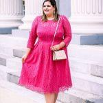 Valentinstag Outfits zu Mollig Frau - Ein romantisches rosa Spitzen-Midi-Kleid mit langen Ärmeln, einer errötenden Handtasche und nackten Absätzen