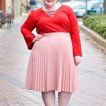 Valentinstag Outfits zu Mollig Frau - Ein schicker Look mit einem roten Langarm-Oberteil mit Schnürung, einem erröteten, plissierten Midi und nackten Absätzen
