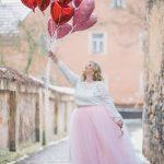 Valentinstag Outfits zu Mollig Frau – Ein weißer Pullover mit Spitzendetails, ein pinker Tüll-Maxirock und nackte Absätze für mehr Komfort