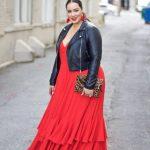 Valentinstag Outfits zu Mollig Frau ein kühner Look mit einem roten Spaghettibügel-Maxikleid mit Rüschen, einer schwarzen Lederjacke, schwarzen Schuhen und roten Ohrringen