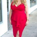 Valentinstag Outfits zu Mollig Frau – ein sexy rotes Kleid mit einem gekräuselten Oberteil, einem tiefen V-Ausschnitt und einem Schlitz sowie metallisch dotierten Schuhen