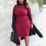 ein heißer Look mit einem pinkfarbenen Rollkragen-Kleid, einer schwarzen langen Weste, einer schwarzen Tasche und pinkfarbenen Schnürschuhen
