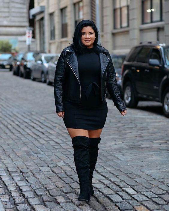 ein schwarzes Pulloverkleid, schwarze Wildlederstiefel, eine schwarze Lederjacke für den Winter
